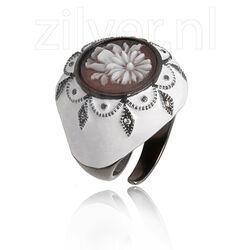 Wit emaille ring met camee van Diluca