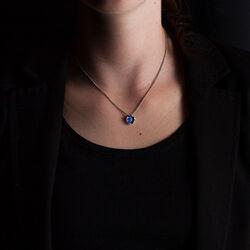 Zilveren ketting met blauwe bloemhanger met diamant