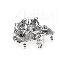 Zilveren miniatuur voorstelling bruidspaar met huwelijksakte tekenen