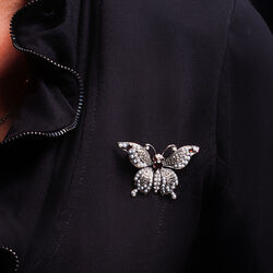 Zilveren vlinderbroche met pareltjes en granaat