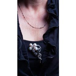 Zilveren bloemtak broche met parels en markasiet