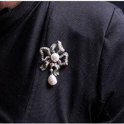 zilveren strikbroche parels en markasiet
