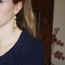lange oorhangers verguld zilver met parels amethist saffier en camee