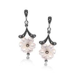 Zilveren oorstekers bloem wit parelmoer en markasiet