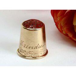 Gouden vingerhoed rode top