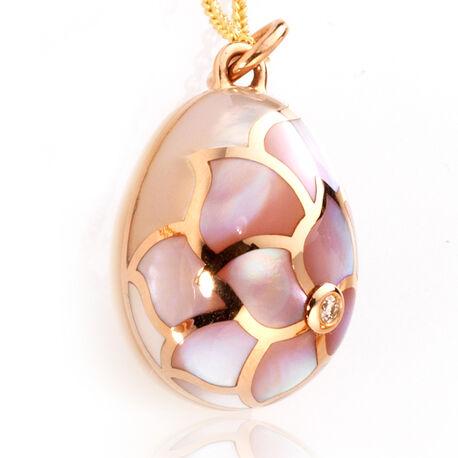 Rosegouden ei hanger met parelmoer Faberge