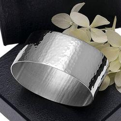 Gehamerde zilveren servetband, servetring met hamerslag Hermann Bauer