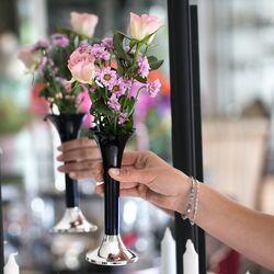vaas met blauw glas en zilveren voet