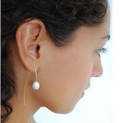 Gouden doortrek oorbellen met een parel van Sanne Kickken