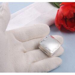 Vierkant zilveren doosje