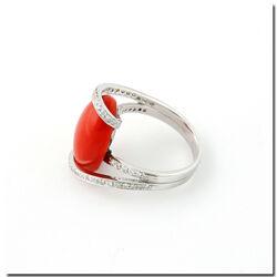 Witgouden ring met bloedkoraal omgeven door briljanten