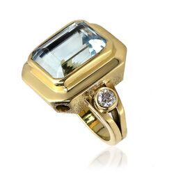 Gouden ring met een grote aquamarijn en 2 briljanten