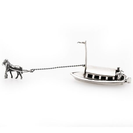 miniatuur zilveren boot getrokken door een paard