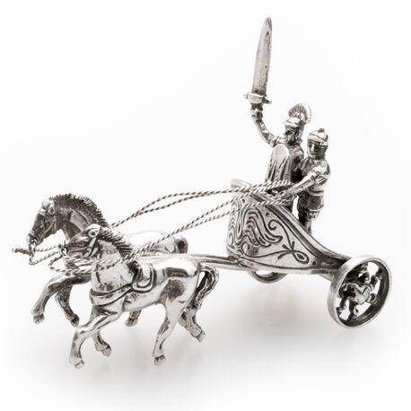 Miniatuur zilveren strijdwagen