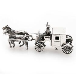 Miniatuur zilveren koets dicht met paarden