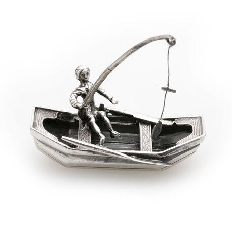 zilveren miniatuur roeiboot met visser
