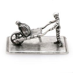 Miniatuur zilveren man met kruiwagen