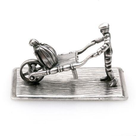 Man met kruiwagen miniatuur zilver