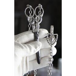 antieke zilveren naaischaar aan ketting met haak