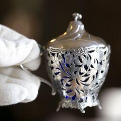 zilveren tafelgarnituur zilveren zoutvaatjes mosterdpot en strooibus met blauw glas
