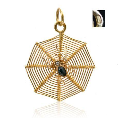Gouden hanger spin in web