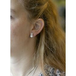 Geelgouden oorstekers bezet met zirkonia en parel