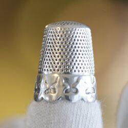 Grote oude zilveren vingerhoed