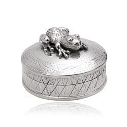 Rond zilveren doosje met kikker bewerkt