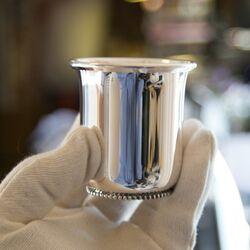 Elegante zilveren baby drinkbeker tulpvorm met een parelrand