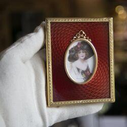 Vergulde fotolijst met rood emaille van Maison Tatiana Fabergé