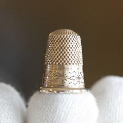 Roségouden vingerhoed met gegraveerde rand