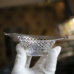 Oude zilveren bonbonmand met gestrikte handvatten bij Zilver.nl