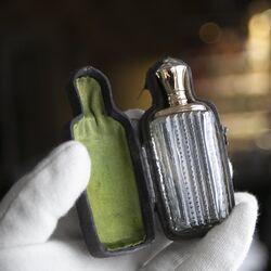 Antiek flesje met gouden dop Nederlands 19e eeuws