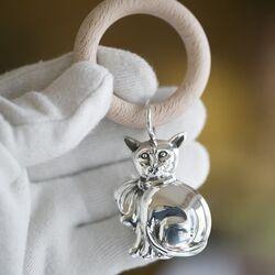 Zilveren rammelaar poes houten bijtring