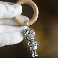 Zilveren rammelaar jongetje houten bijtring