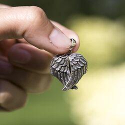 Zilvere medaillon met engelen vleugels