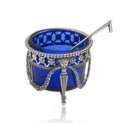 Zilveren zoutvaatje met een blauw glazen binnenbakje en een zoutlepeltje