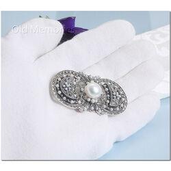 Grote zilveren broche met parels en markasiet