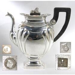 Antiek zilveren koffiepot met leeuw en zwart handvat