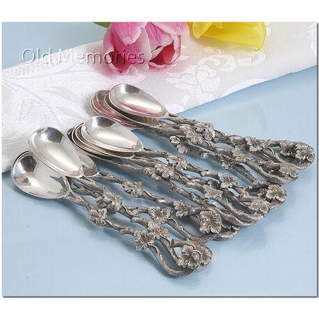 12 prachtige zilveren toelepels met knoestige takmotieven en bladmotieven