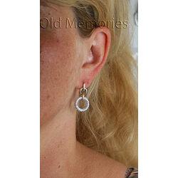 Gouden oorbellen met vele briljanten