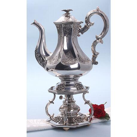 Zilveren koffiepot op komfoor