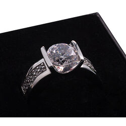 Zilveren ring met grote zirconia middensteen