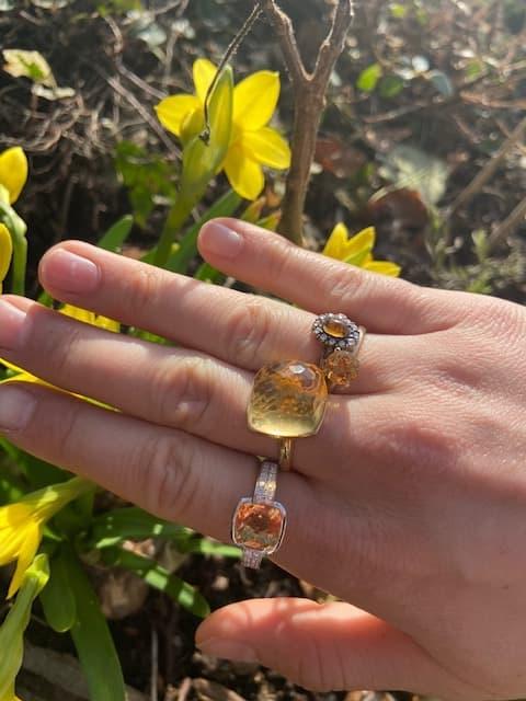 Gouden ringen bezet met een citrien Kennisbank Zilver.nl