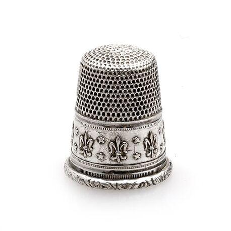 Zilveren vingerhoed met een fleur-de-lys Kennisbank Zilver.nl