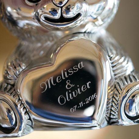 Voorbeeld gravering op een zilveren spaarpot beer door Zilver.nl