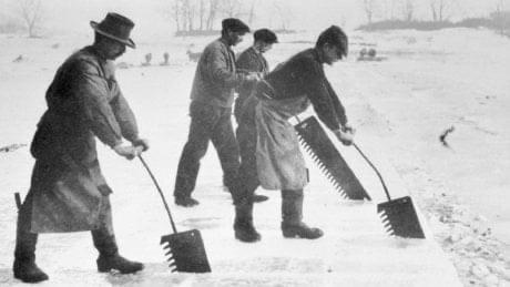 Ijsblokken halen uit een meer om te verkopen om eten koud te houden 19e eeuw Zilver.nl