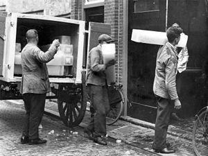 Ijsmannen die ijsblokken rondbrachten bij mensen met een ijskast Zilver.nl
