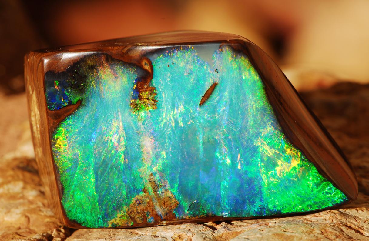 Boulder opaal gevormd samen met een vuursteen Kennisbank Zilver.nl