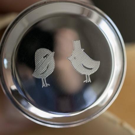 Voorbeeld gravering huwelijkslogo op zilveren kurk